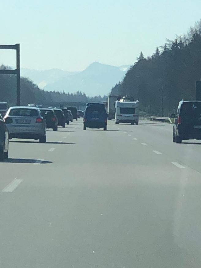 Das Karwendelgebirge sanft umrissen in der Ferne. Unterwegs von München nach Innsbruck - Endziel Vomperberg. Foto: Che Chidi Chukwumerije, 18.04.2019.